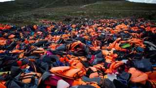 Cientos de chalecos salvavidas tirados tras usarlos para llegar a Lesbos.
