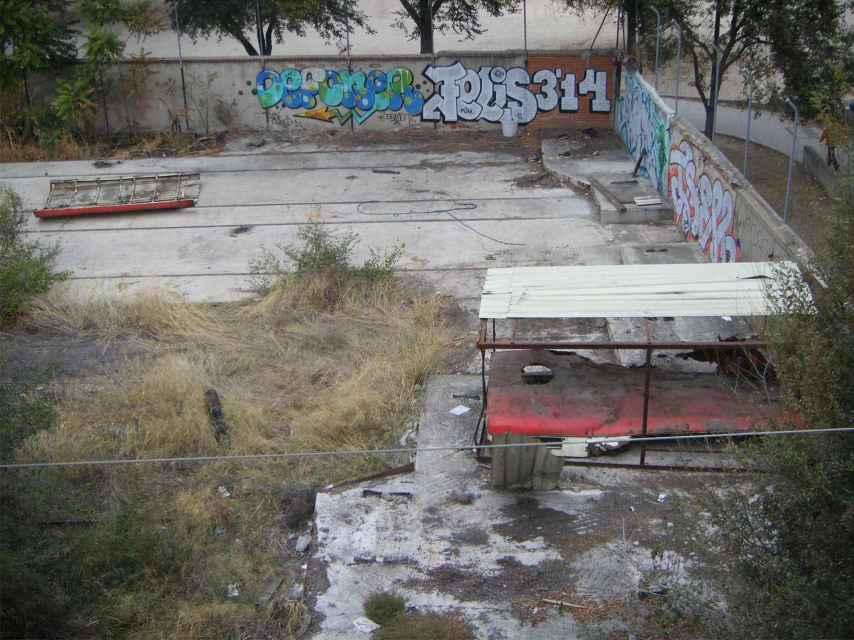 Cobertizo en el que se conservaron los restos del tren afectados por la explosión.