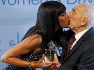 La modelo agradece el premio al expresidente israelí Shimon Peres