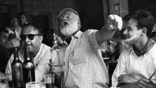El escritor Ernest Hemingway, celebratorio, quien acuñó la frase Escribe borracho, edita sobrio