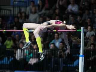 Ruth Beitia salta 1,98 (mejor marca del año) el 6 de marzo.