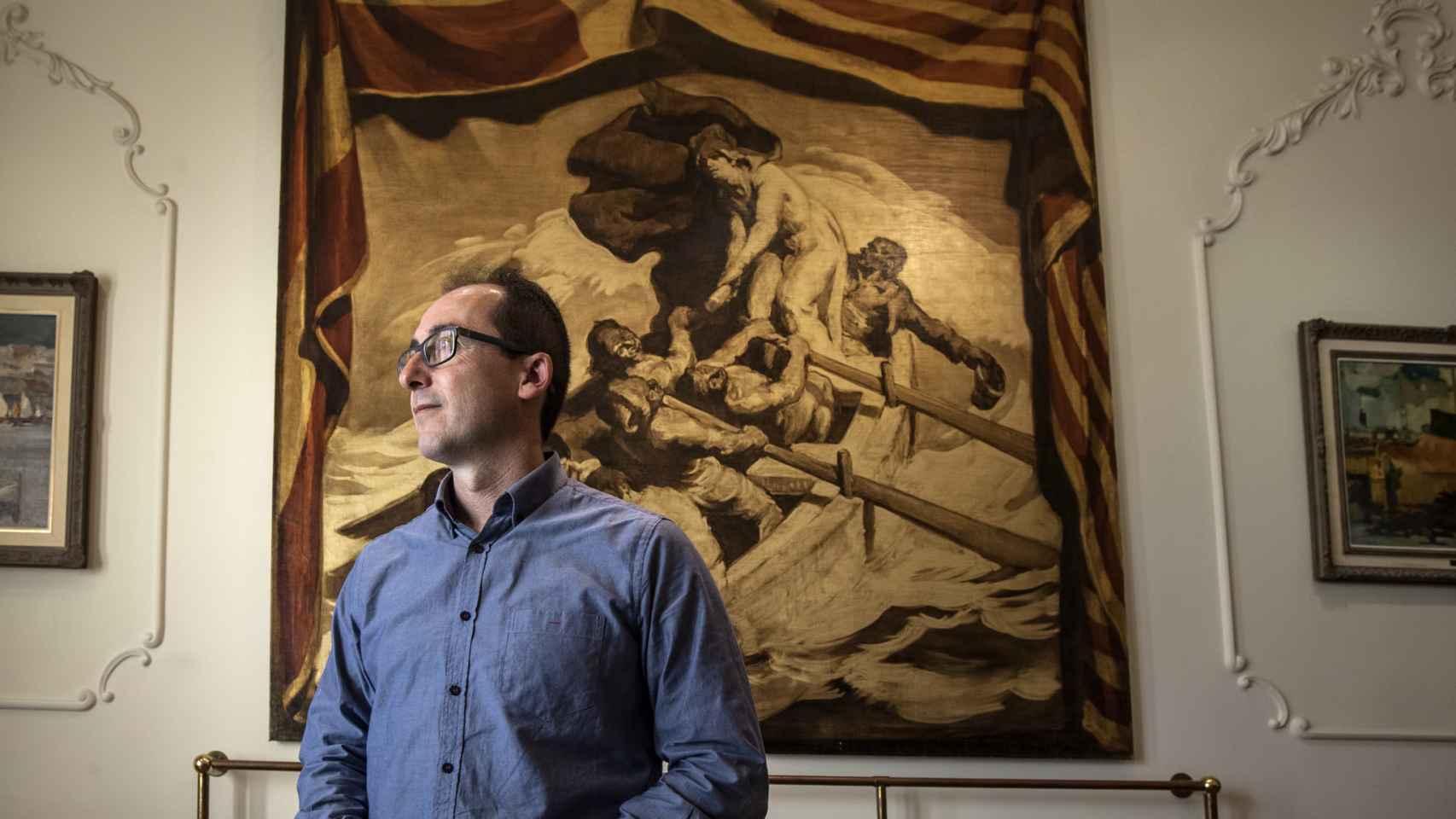 Lluis Puig i Martorell, alcalde de Esquerra Republicana de Catalunya (ERC) junto al cuadro