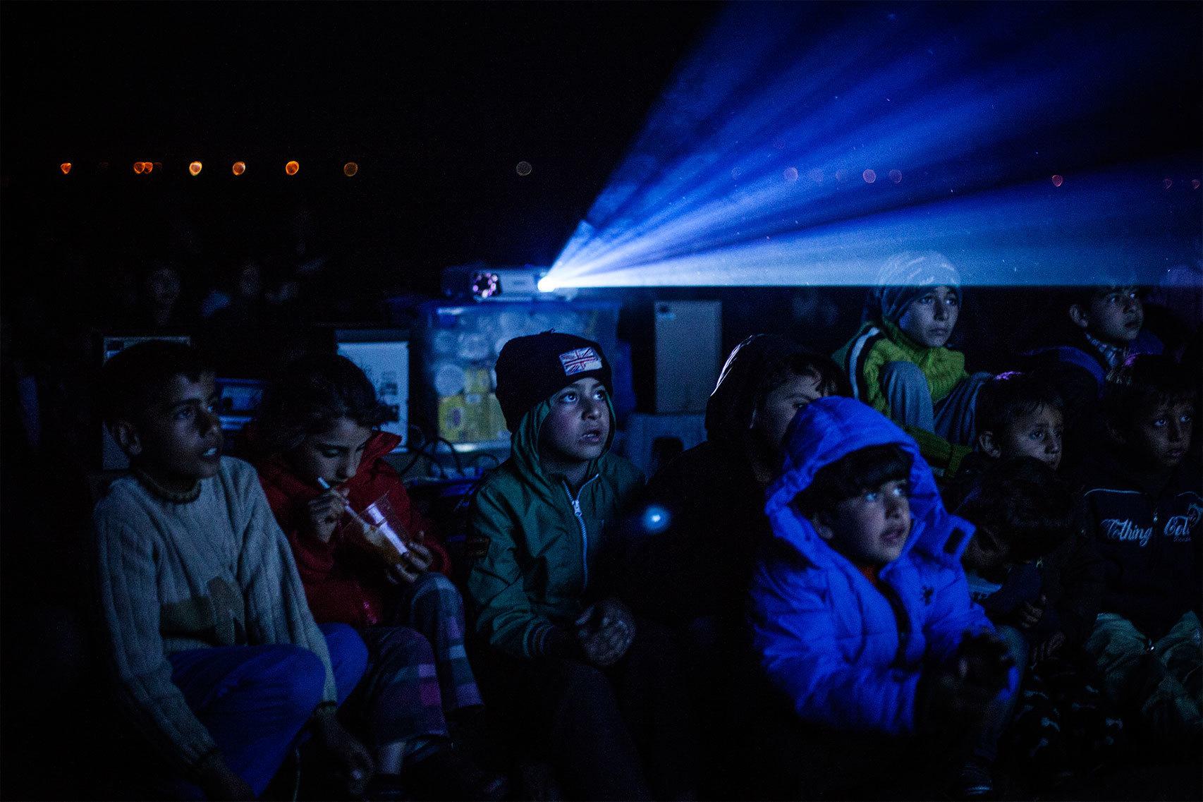 La proyección de una película infantil para los niños del campo de Idomeni.
