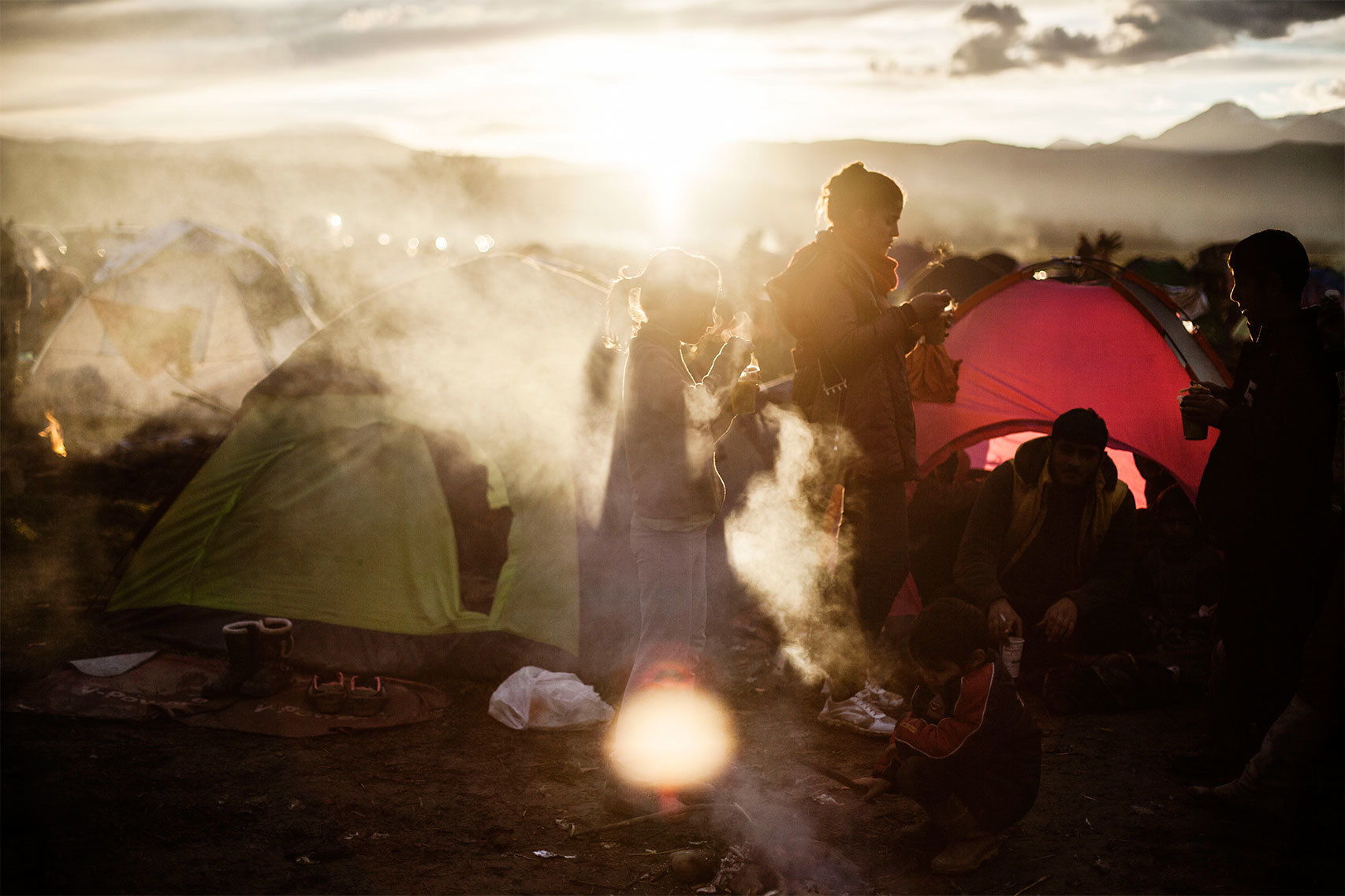 Niños toman una sopa repartida por voluntarios en Idomeni.