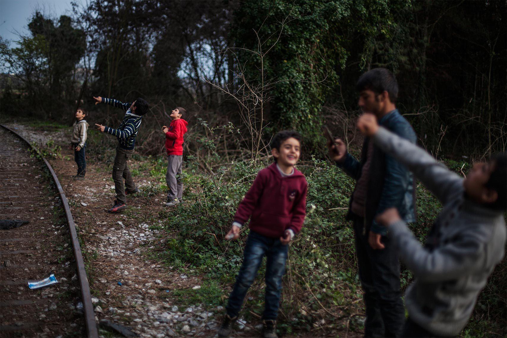 Un grupo de niños cerca de las vías del ferrocarril en Idomeni.