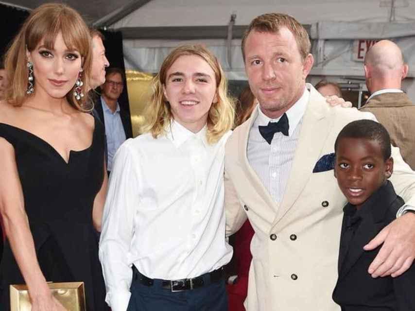 Guy Ritchie, su novia Jacqui Ainsley y sus hijos Rocco Ritchie y David-Banda
