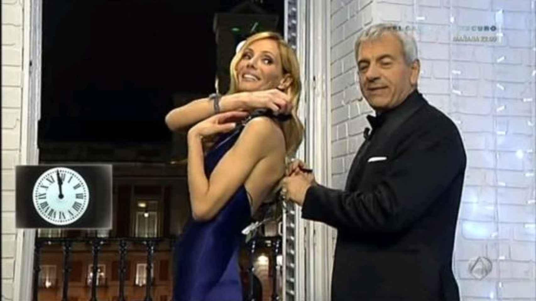A Paula Vázquez se le rompió el vestido presentando las Campandas de 2013 junto a Carlos Sobera
