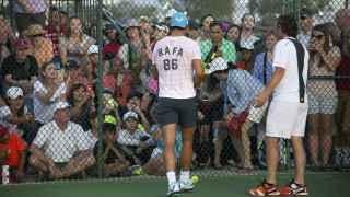 Rafa Nadal firmando autógrafos durante su entrenamiento en Indian Wells.