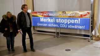 Por nuestra patria, [hay que] parar a Merkel. Asegurar las fronteras, retirar el voto a la CDU.