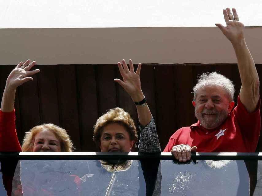 Lula y Rousseff (c) saludaron juntos desde la casa de él al día siguiente de su detención.