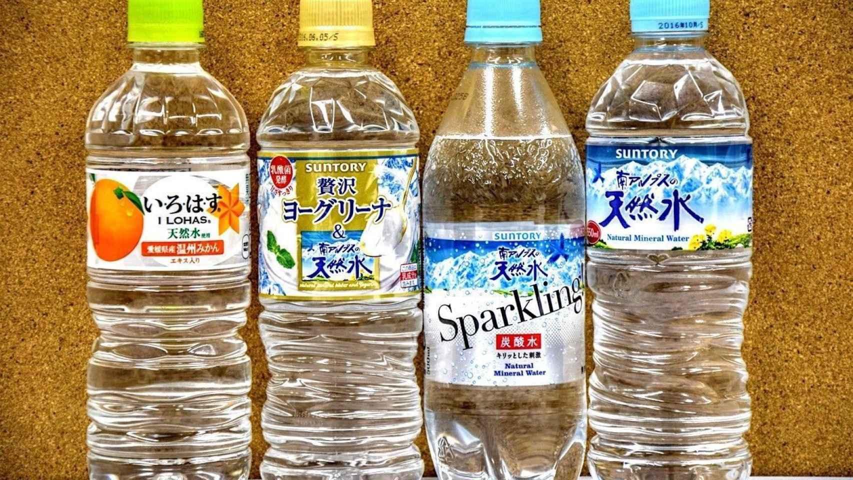Botellas de agua embotellada de Japón.