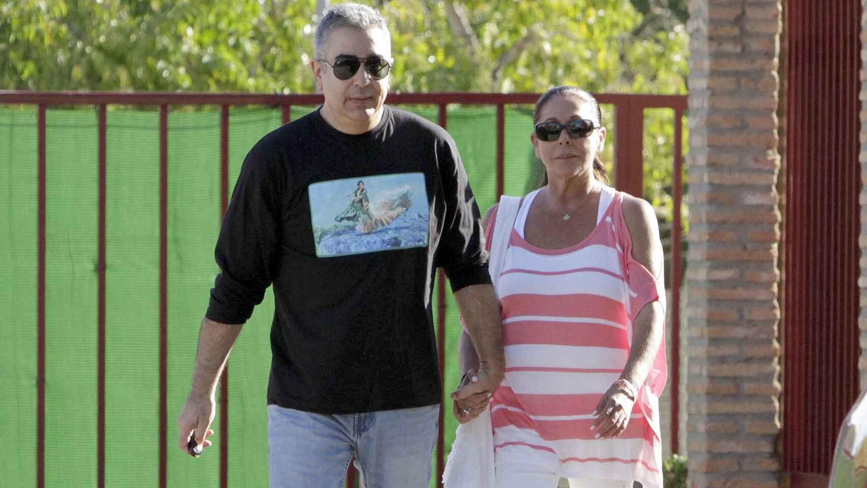 Ni Pantoja, ni su hermano Agustín, ni la abuela Ana han acudido a la iglesia para evitar el revuelo mediático