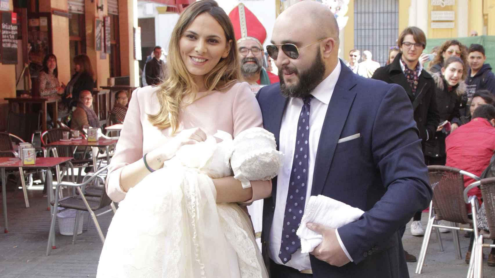 Irene Rosales y Kiko Rivera a la entrada de la parroquia Santa Ana de Sevilla