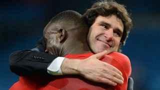 Karanka se abraza con un jugador del Middlesbrough.