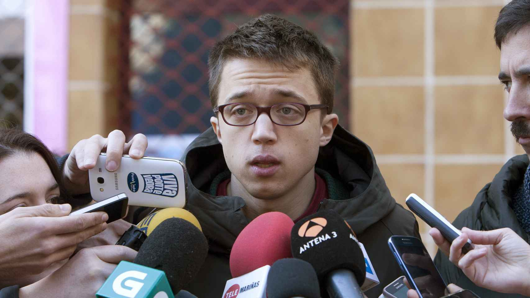 Íñigo Errejón atiende a los medios tras un acto de Podemos.