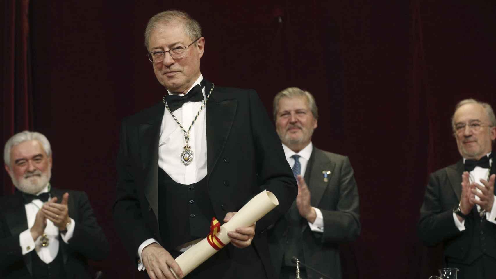 Félix de Azúa tras su discurso de ingreso en la RAE este domingo.