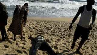 Atienden junto a la playa de Bassam a una de las víctimas del atentado.