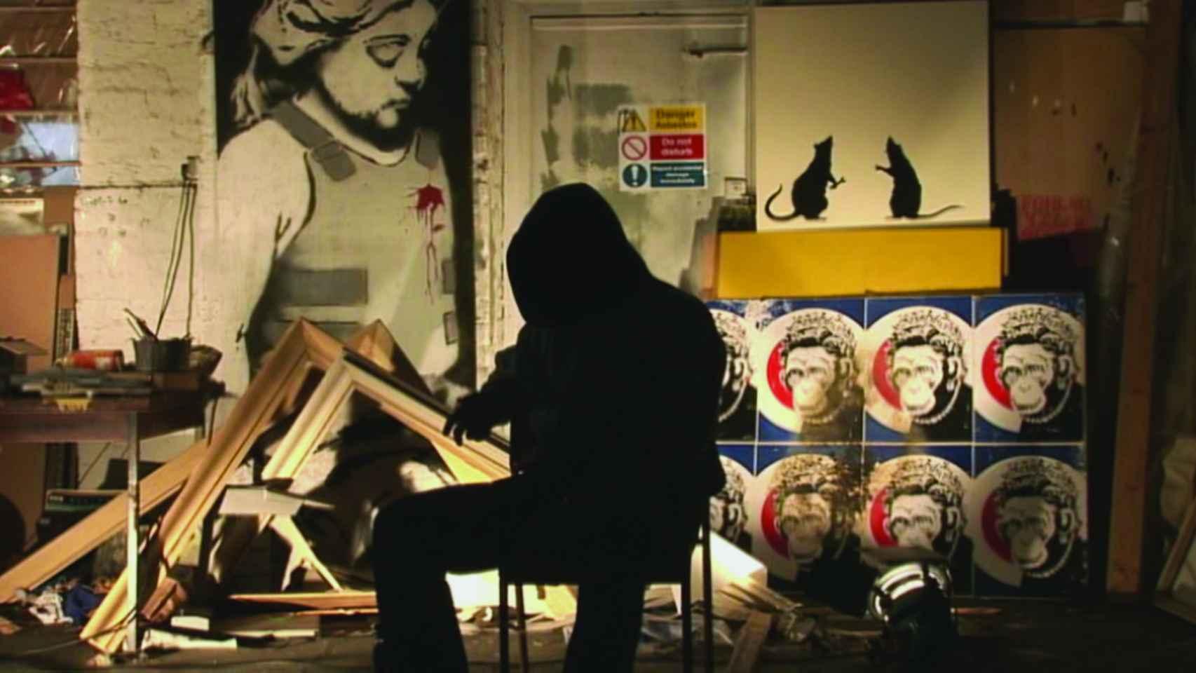 Banksy encapuchado en un fotograma de Exit through the gift shop