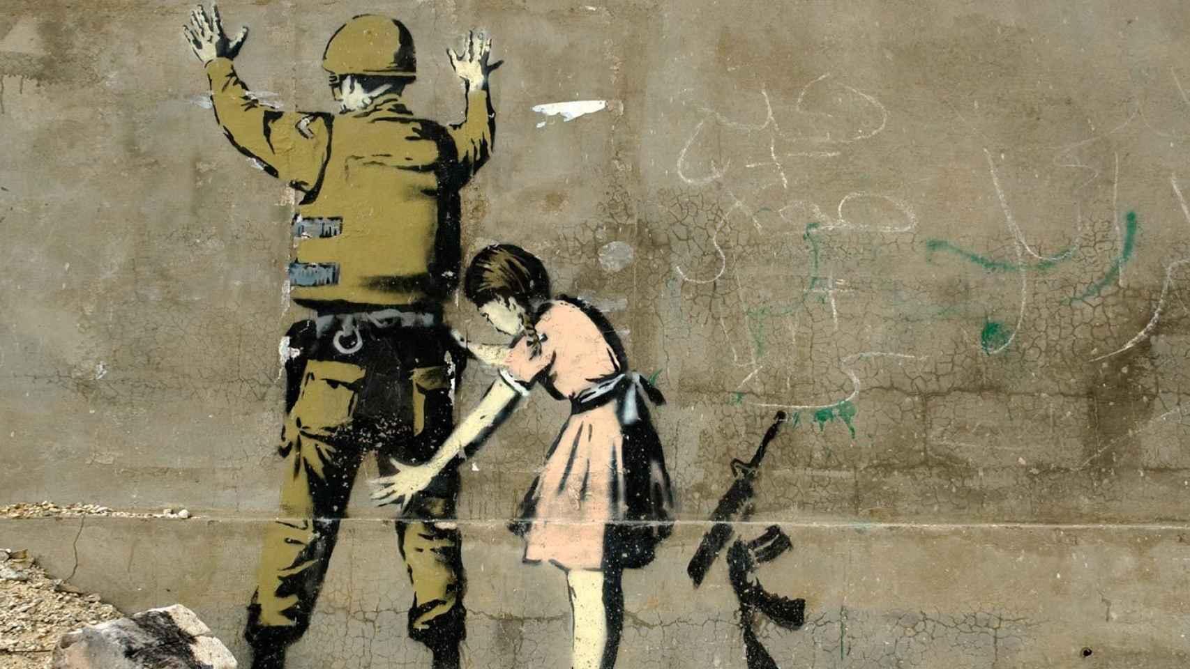 Una niña cachea a un soldado, otra de las obras del grafitero Banksy