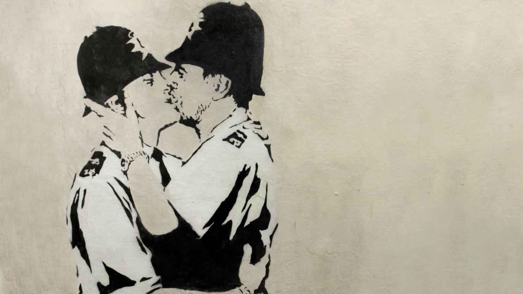 Dos policías británicos se besan en una de las obras de Banksy
