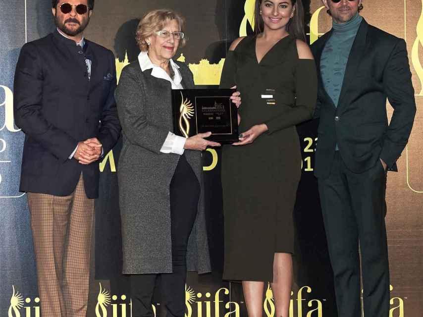Carmena en la presentación de los Oscar de Bollywood.