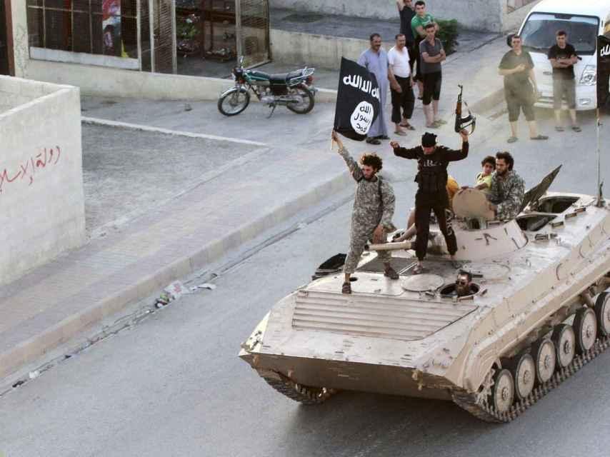 Fuerzas del Estado Islámico desfilan en Raqa.