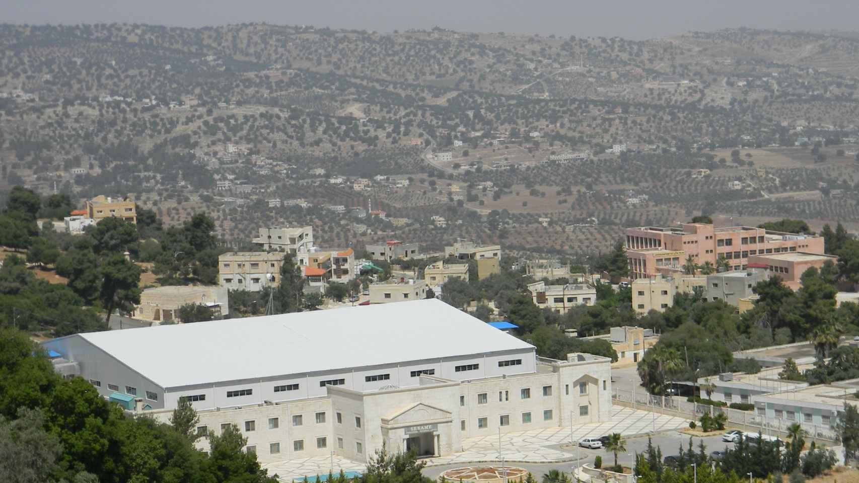 SESAME se ubica en la localidad de Allan, 35 kilómetros al noroeste de Ammán, la capital de Jordania.