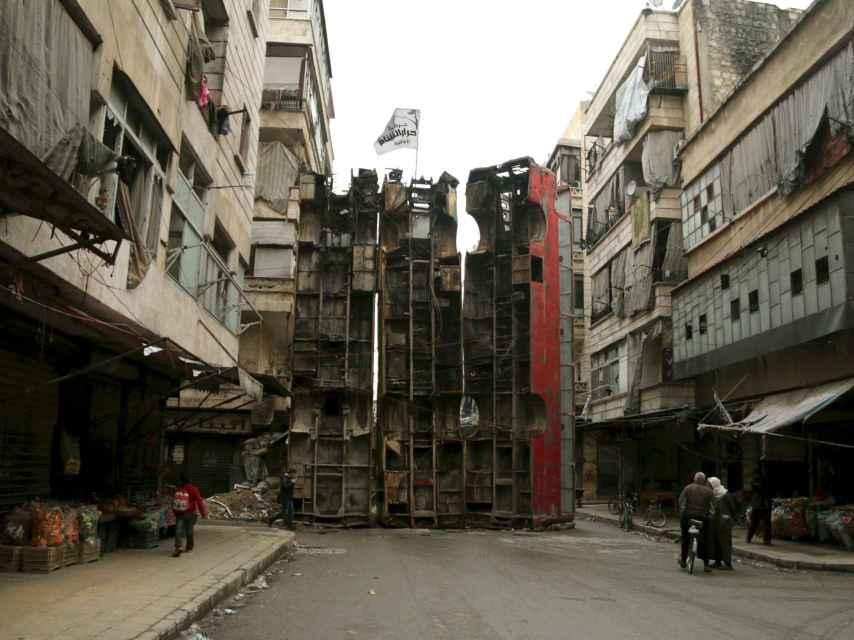 Autobuses sirven de barricada contra tiradores en Alepo.