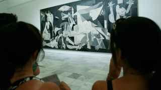 Descontrol en las visitas VIP al Reina Sofía: una pegatina en el 'Guernica'