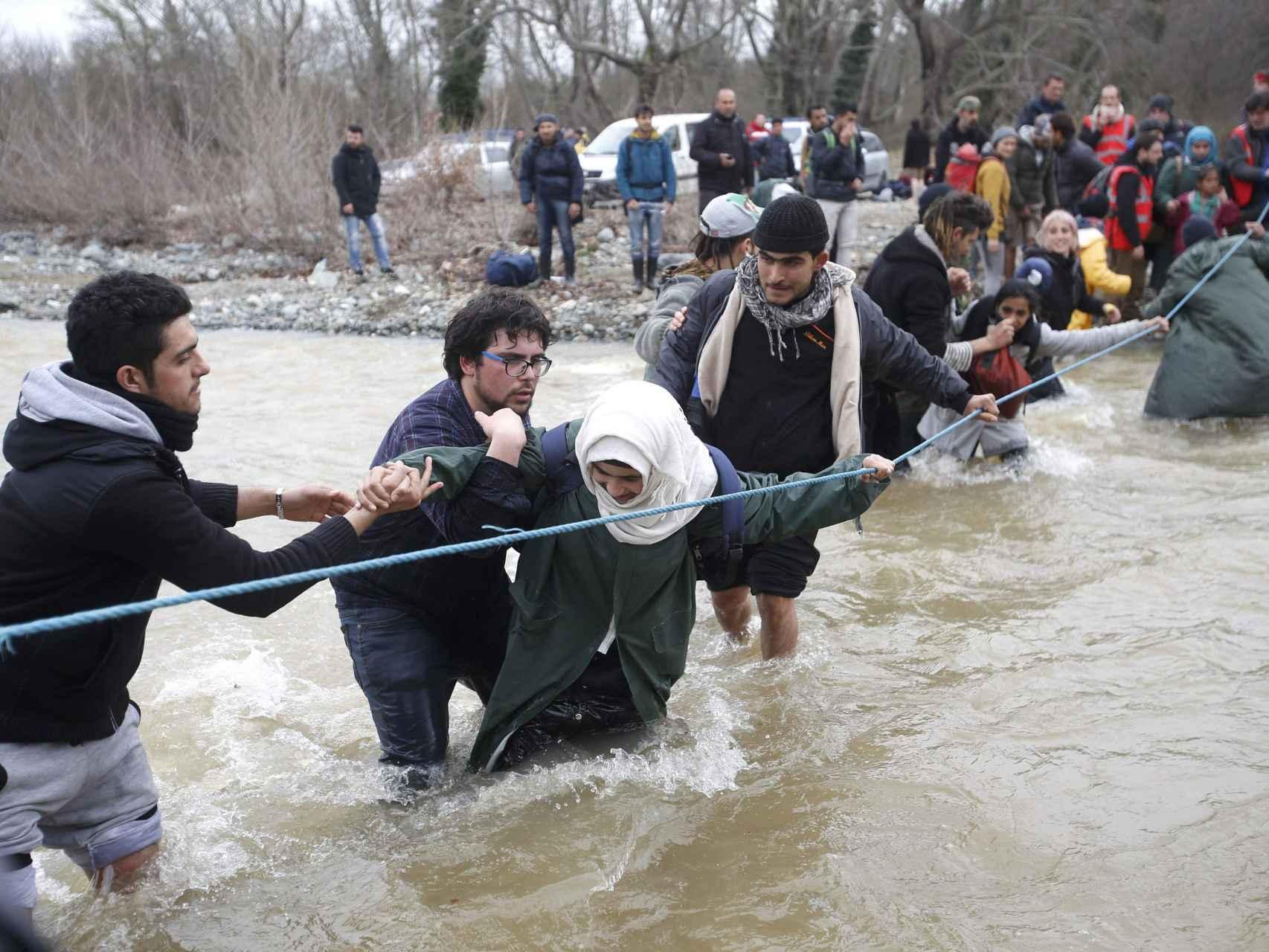 ¿Cierre de fronteras en Macedonia? Ahora las personas cruzan por un río