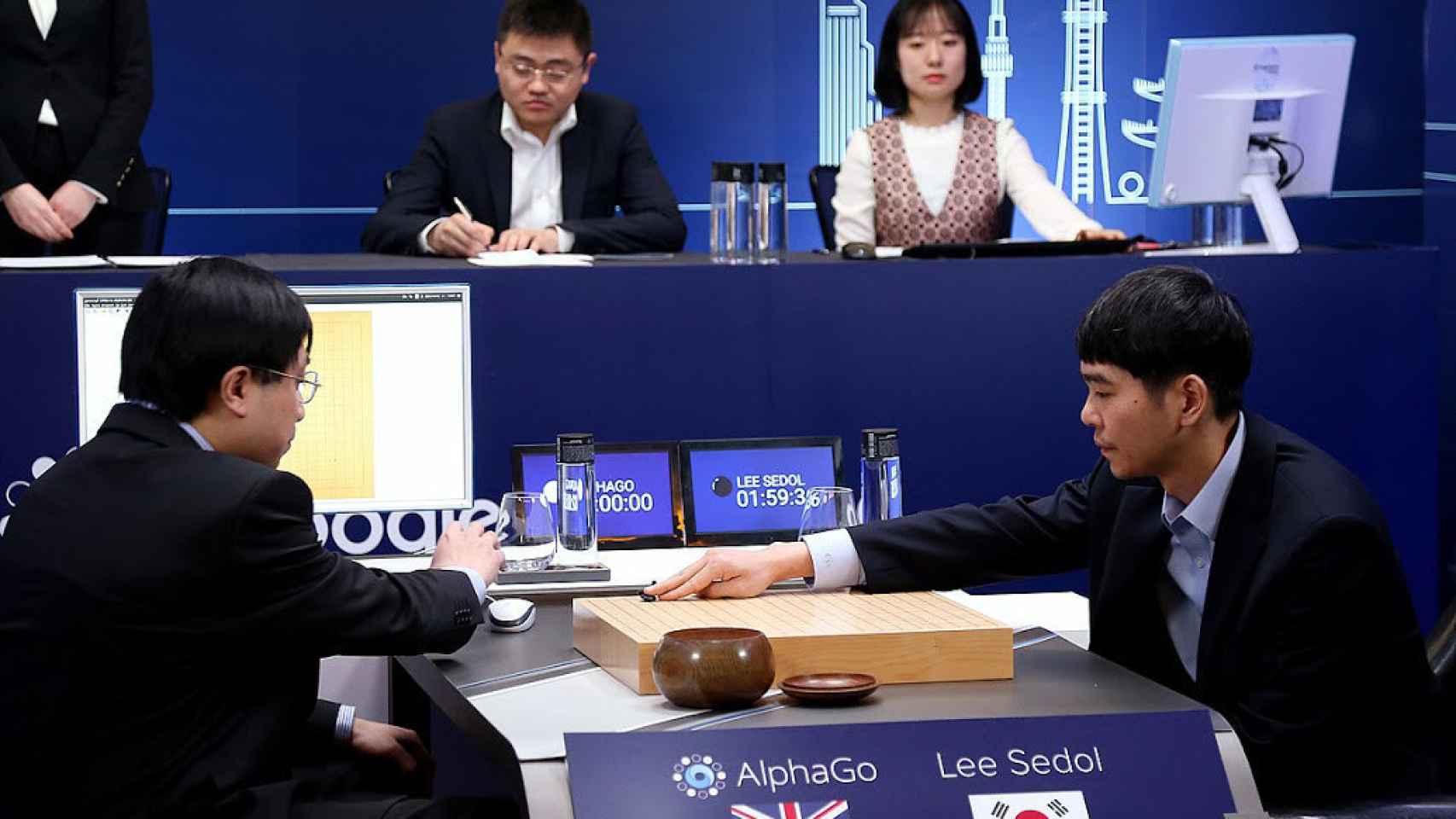 Lee Se-dol, a la derecha, juega contra el ordenador.