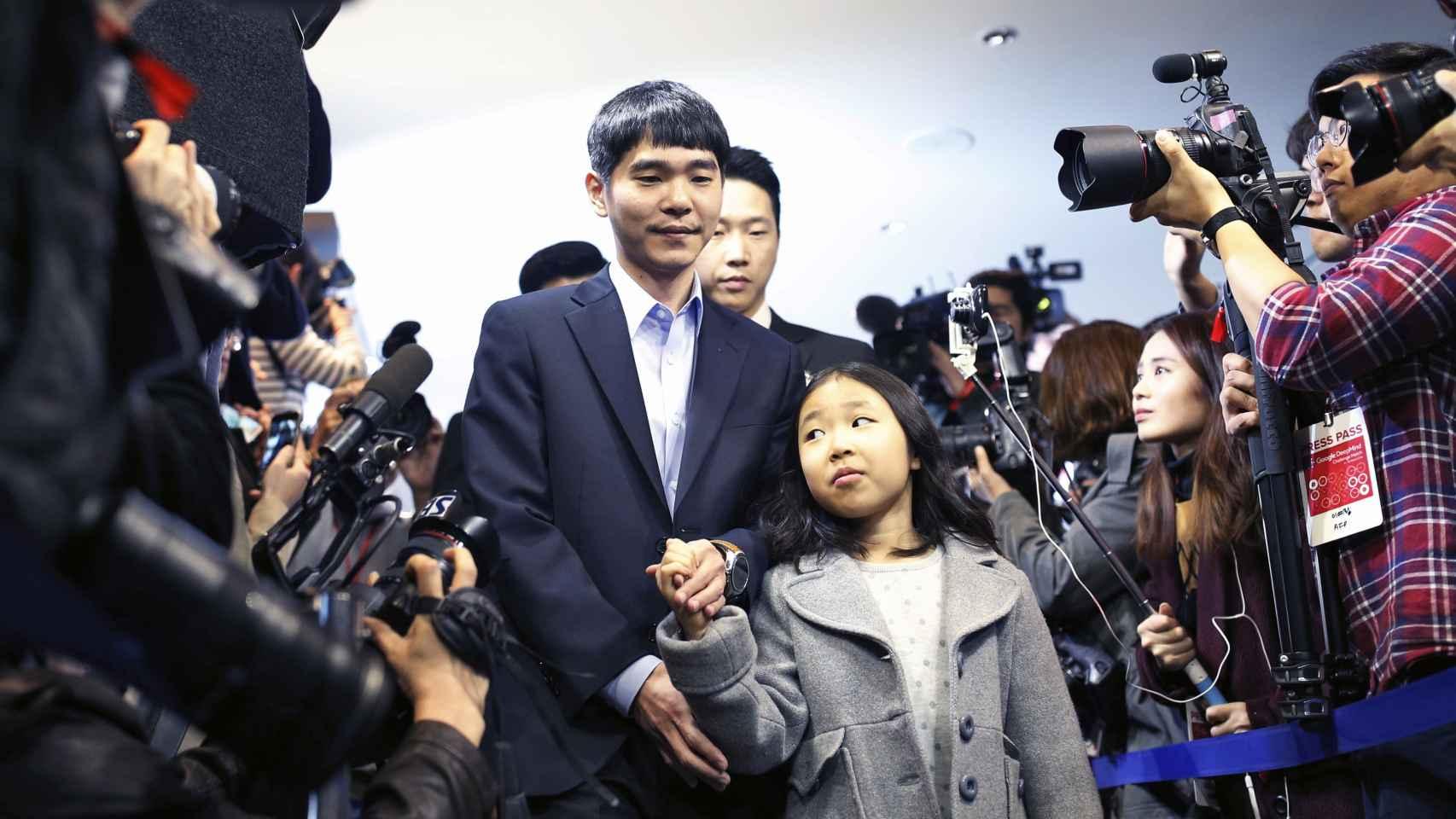 Lee Si-dol toma la mano de su hija, algo que AlphaGo jamás podrá hacer.