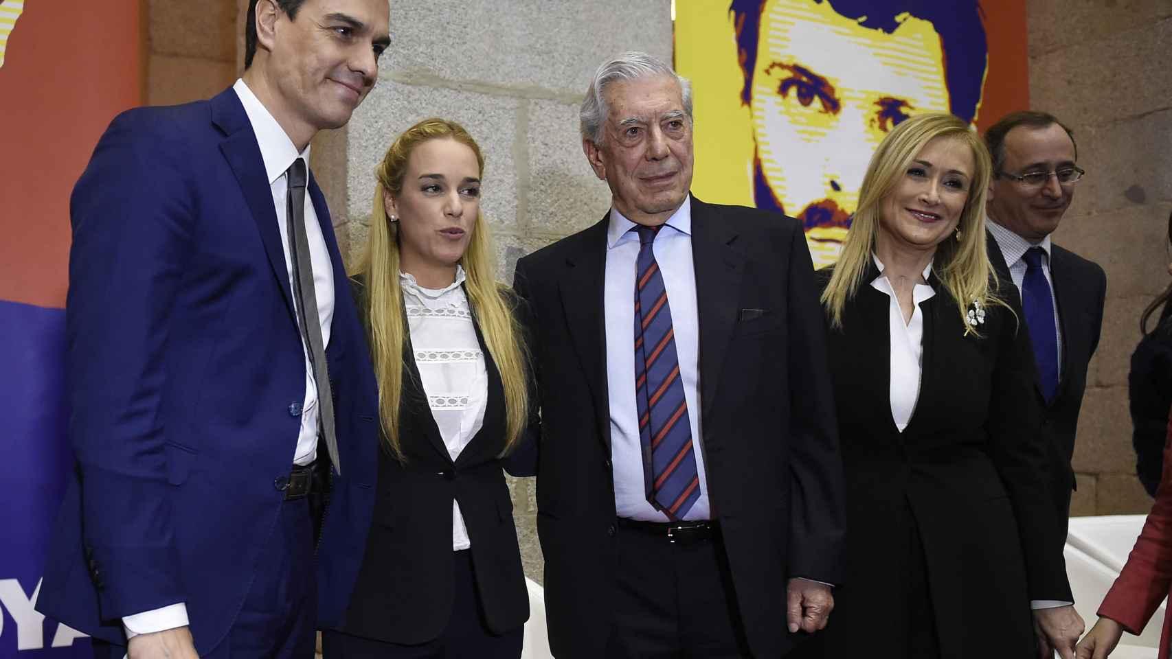 Lilian Tintori, Pedro Sánchez, Vargas Llosa y Cifuentes durante la presentación del libro en Madrid