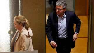 Los concejales del PP del Ayuntamiento de Valencia, Lourdes Bernal y Cristobal Grau, a su salida de los grupos parlamentarios del PP de la Comunitat Valenciana.