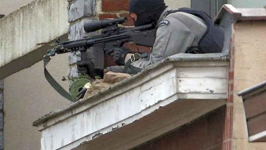 Un tirador de la policía belga durante la redada de este martes