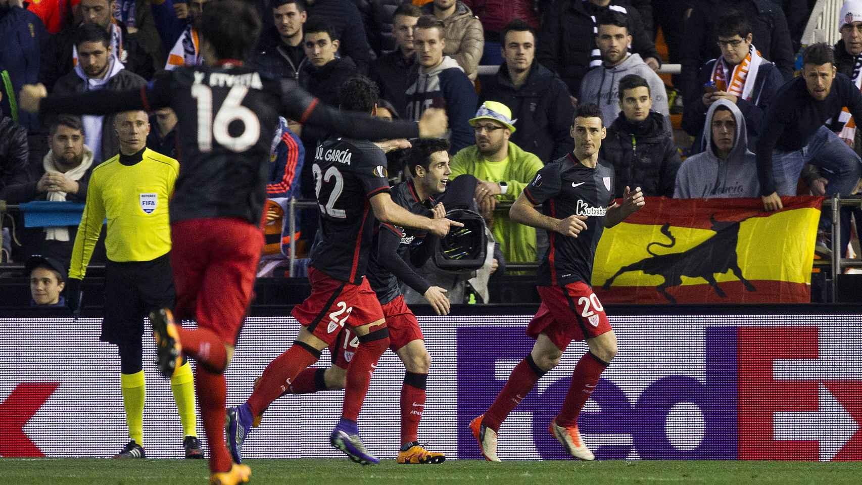Aduriz celebra con sus compañeros el gol en Mestalla