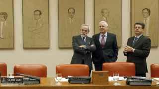 José María Barreda (c), junto al vicepresidente segundo, Juan José Matarí (d), y el letrado Nicolás Pérez-Serrano (i), al inicio de la Comisión.
