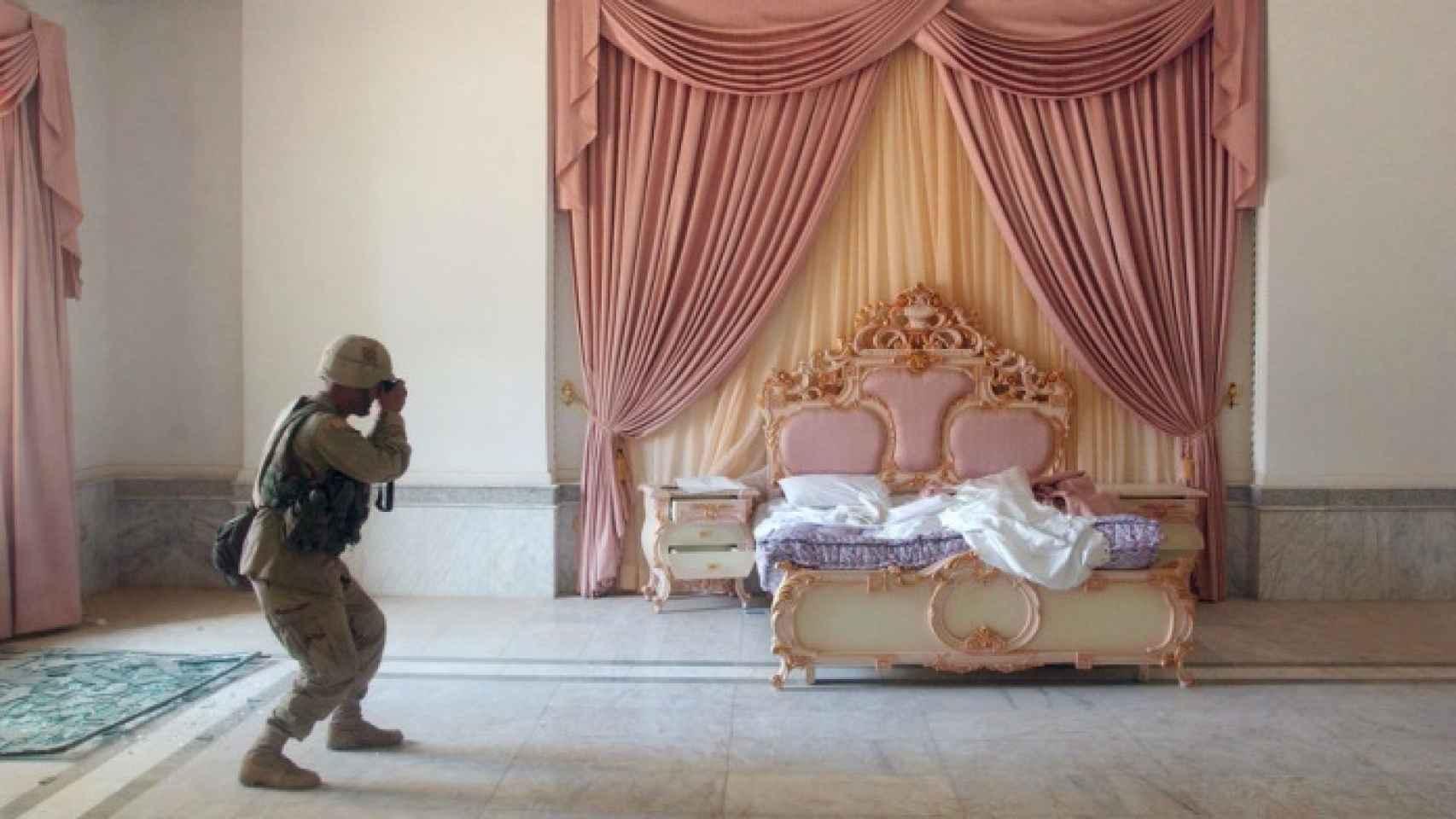 El sargento estadounidense Craig Zentkovich fotografía por primera vez, en abril de 2003, las dependencias del palacio.