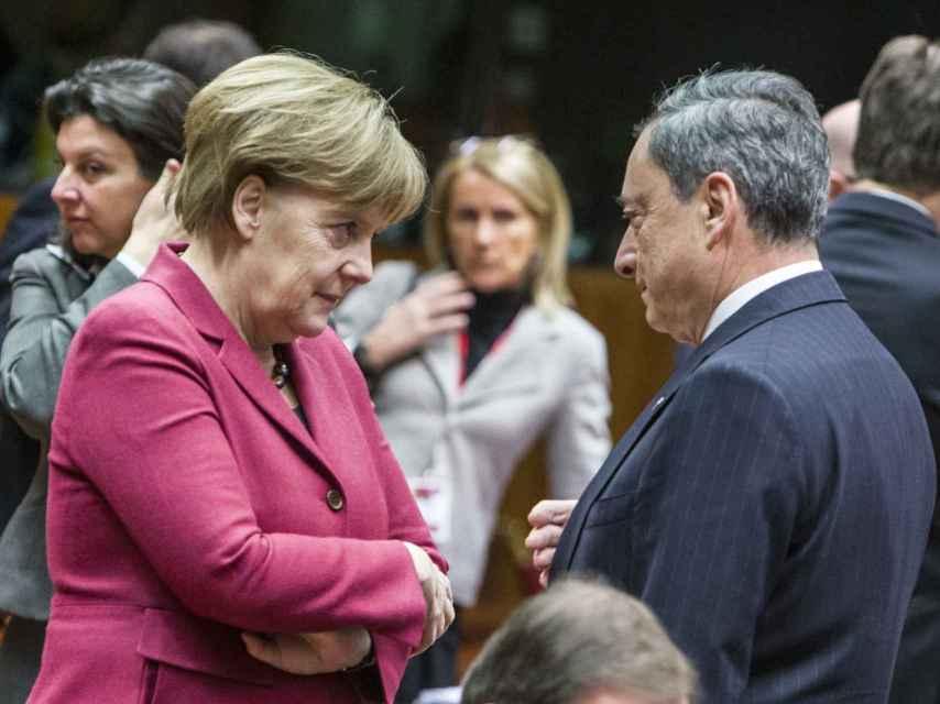 Draghi conversa con la canciller Angela Merkel durante el Consejo Europeo