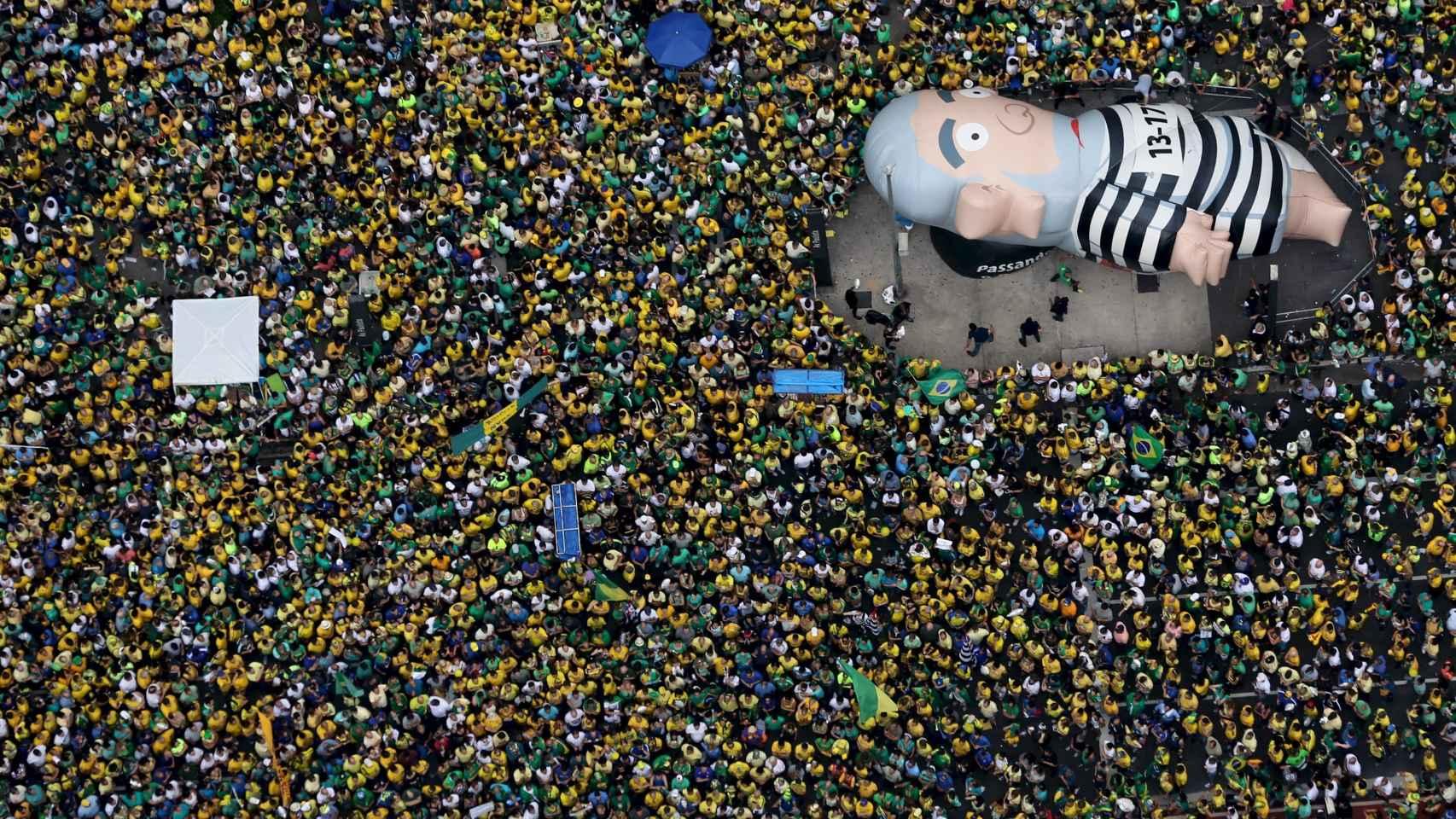 Miles de brasileños piden el impeachment de Rousseff.