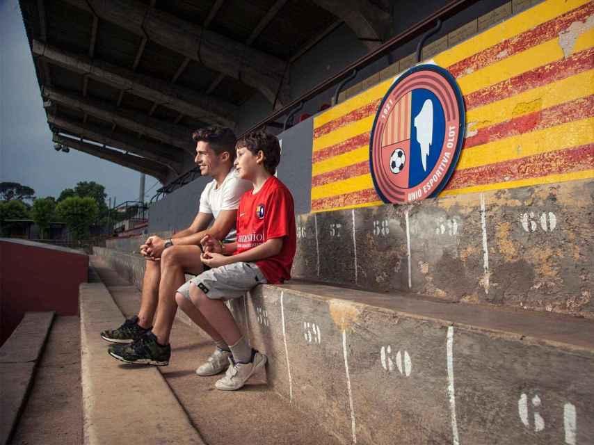 Pere, junto al delantero Uri Santos, en el campo del Olot.