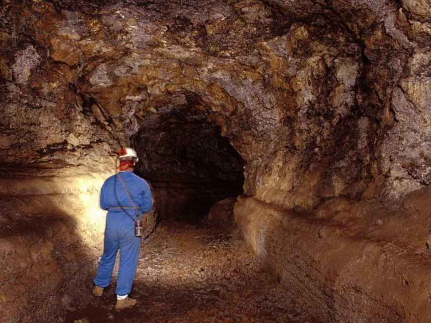 Alfredo Laínez en el interior de uno de los tubos de la Cueva.