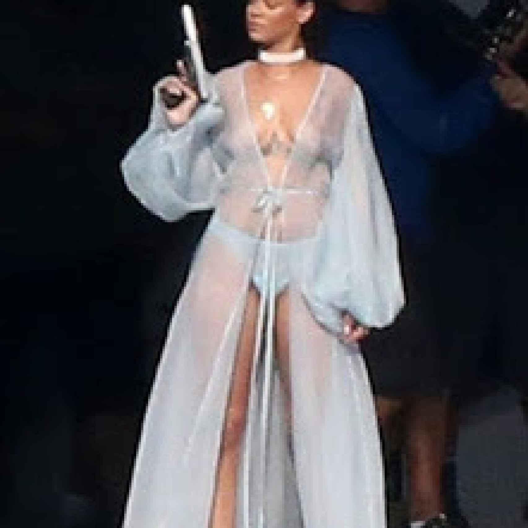 Rihanna desnuda y con una pistola grabando su último videoclip