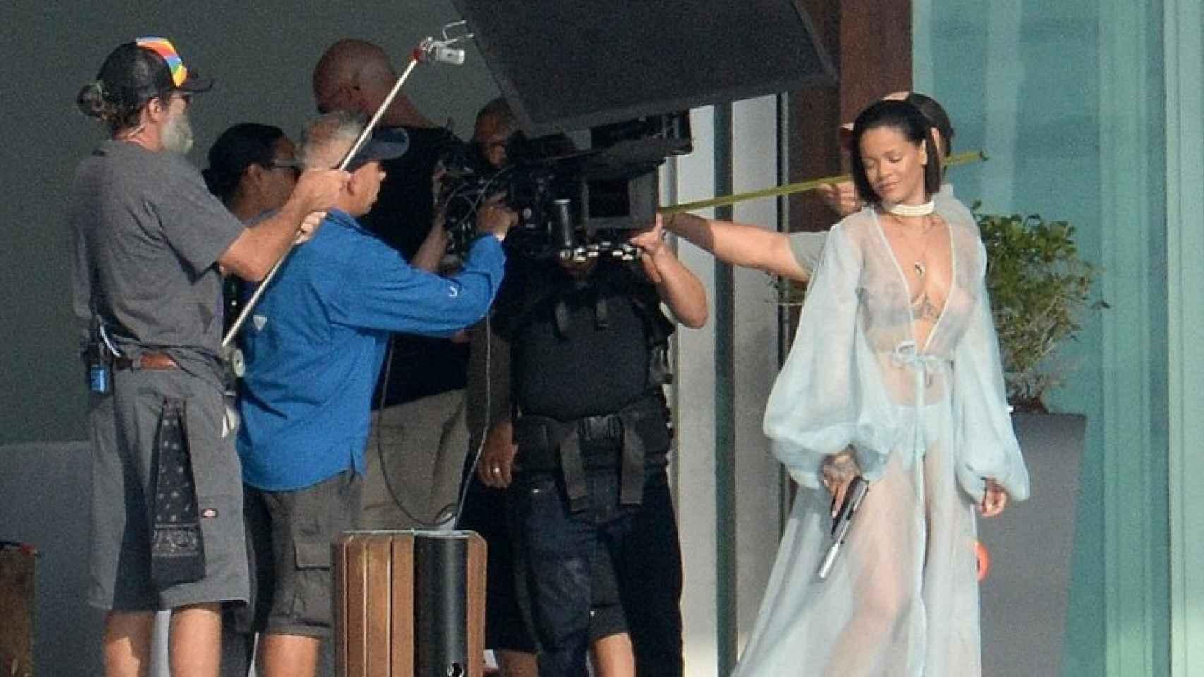 Rihanna desnuda en plena grabación