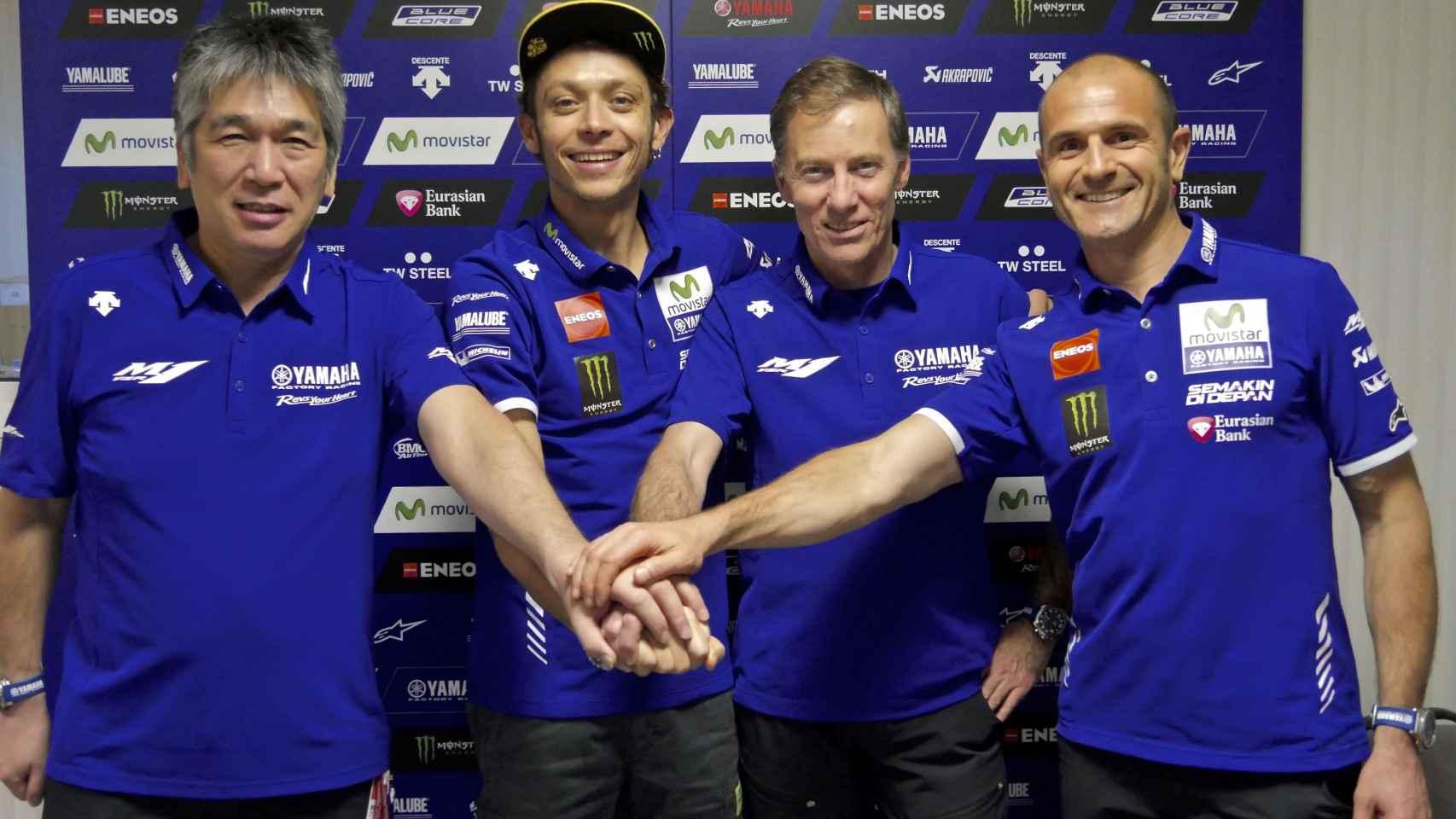 Valentino Rossi une sus manos a las de Lin Jarvis, Massimo Meregalli y Kouichi Tsuji.