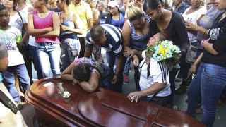 Familiares de un minero muerto durante su entierro.