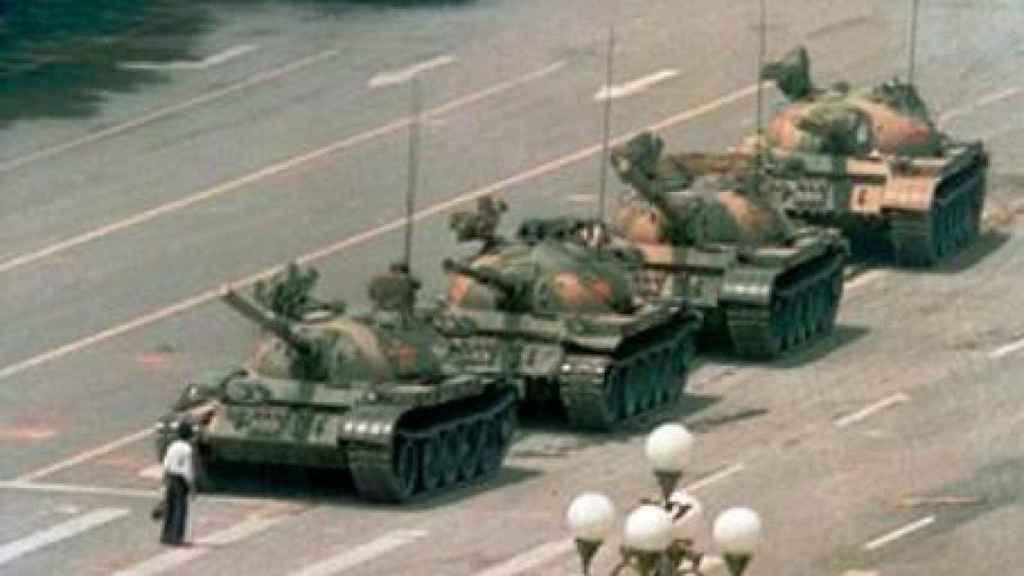 La icónica imagen del hombre frente a los tanques en la plaza de Tiananmen