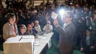 Artur Mas vota en la consulta del 9N.