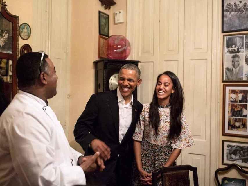 Barack y Malia Obama ríen con el staff del restaurante El Paladar