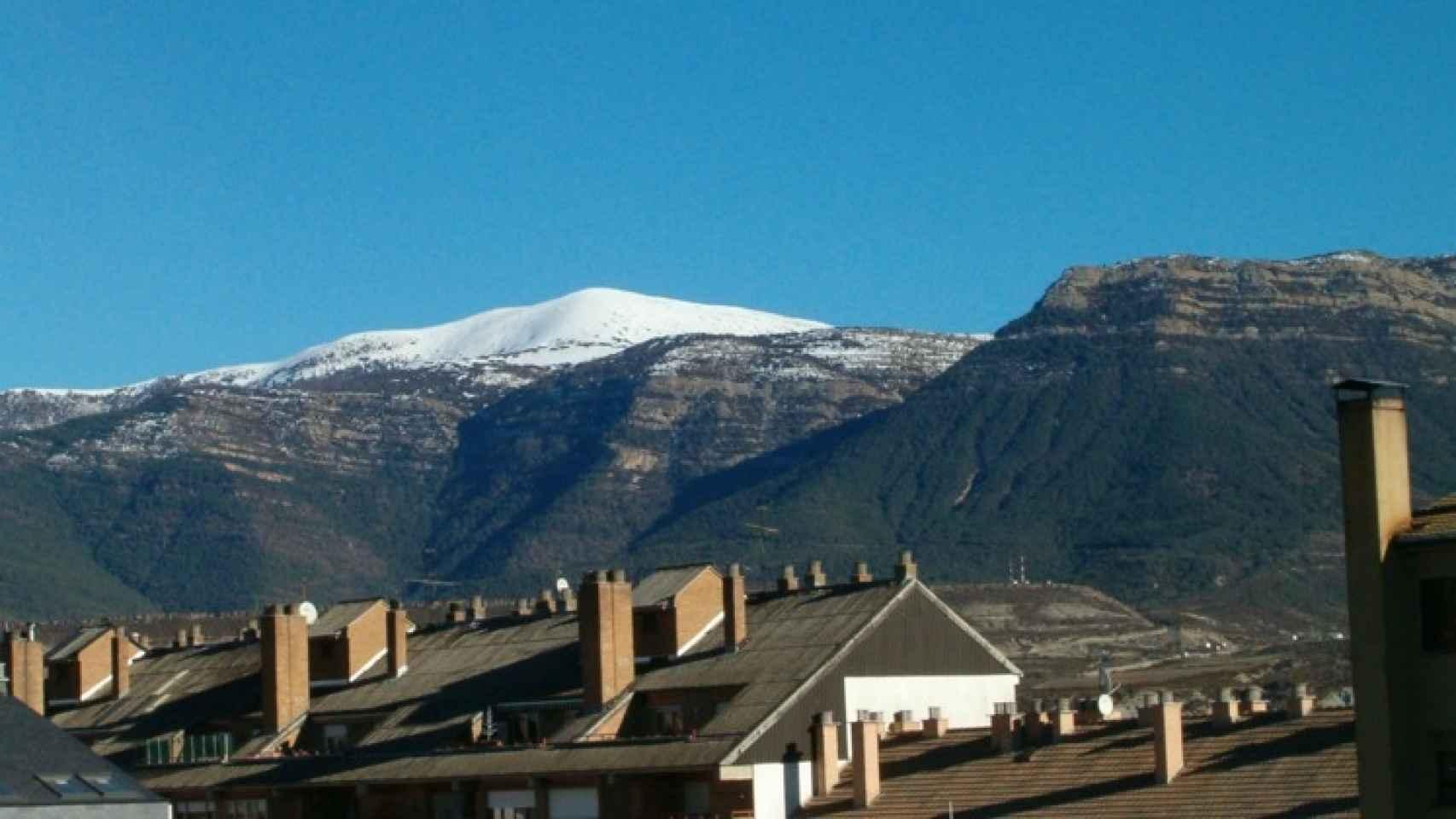 Imagen de algunos tejados de la localidad, al pie de los Pirineos.